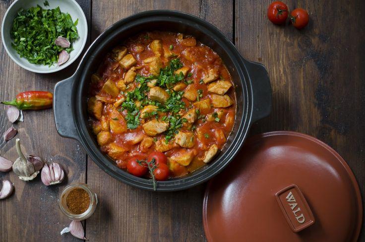 Un secondo di carne saporito e piccante, lo spezzatino di pollo all'arrabbiata è una ricetta facile e veloce. Scopri come prepararlo con Il Cucchiaio!