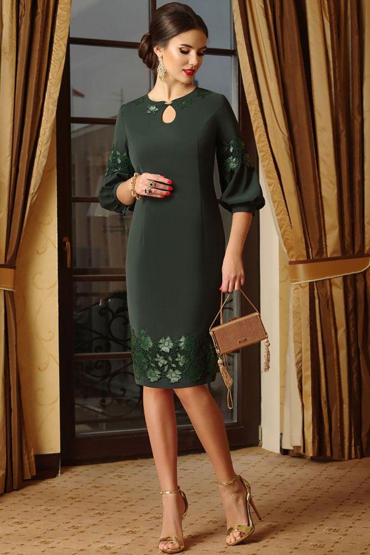 Платье полуприлегающего силуэта с дизайнерскими рукавами и округлым вырезом выполнено из костюмной ткани и вышитого на коже ажура. Вырез горловины округлый с пришивным декором из цветов, по краям расширен ближе к лодке, по центру оформлен каплей с пришивным украшением. Спинка со средним швом и талиевыми вытачками, застежка на потайную молнию в среднем шве спинки, по низу платья разрез. Рукава втачные свободные с декором из ажура к низу расширены оформлены узкой манжетой (рукава на по...