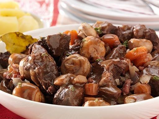 Plat traditionnel français à préparer la veille : le boeuf Bourguignon. La recette du boeuf bourguignon est simple à cuisiner, et utilise des morceaux peu onéreux.