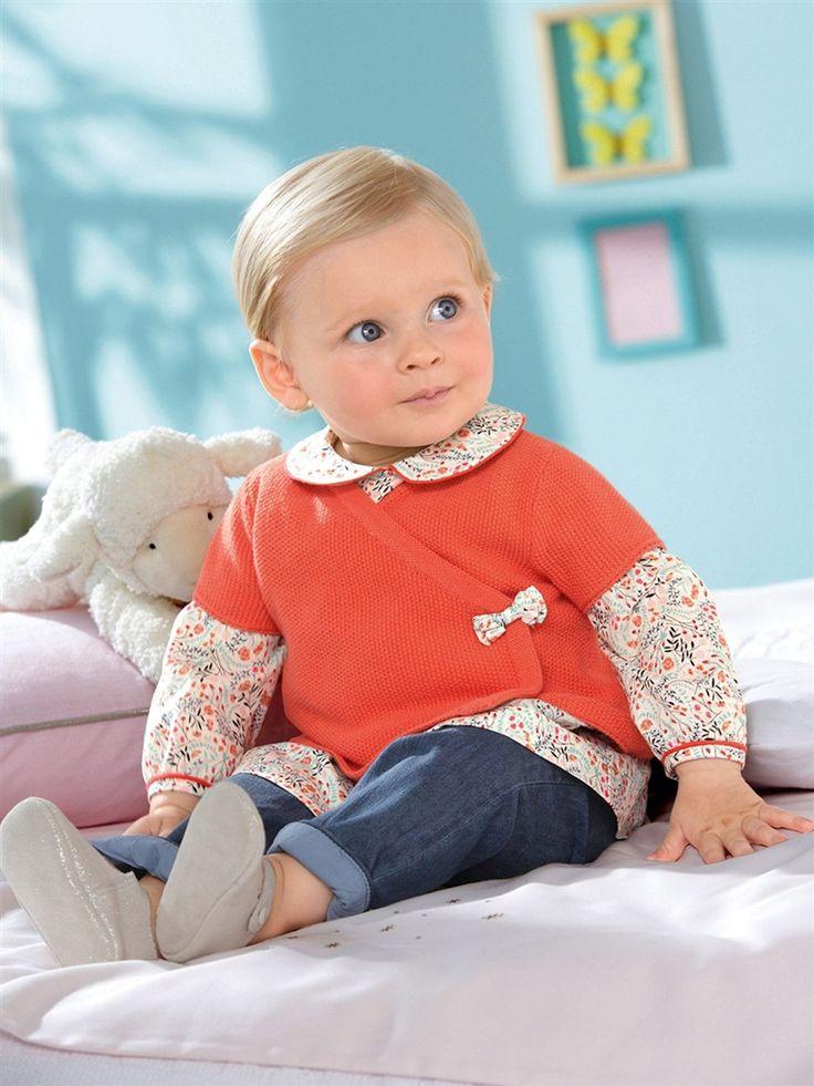 Tenue pour petite fille Cyrillus : cardigan cache-coeur corail,  chemisier Liberty à caol claudine, jean et petits chaussons gris #mode #bebe #fille #naissance #mixte #hiver #ete