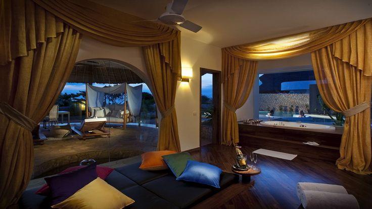 подушки разноцветные, двое, ванная, в джакузи, большие окна, люди, шторы, бассейн, вечер, интерьер, шампанское, желтые, комната