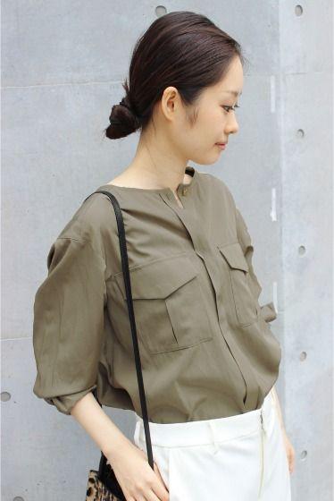 ノーカラーミリタリーシャツ  ノーカラーミリタリーシャツ 18360 2016AW FIGARO paris ノーカラーのミリタリーシャツ メンズライクになりがちなミリタリーアイテムも程よい透け感や胸元のゴールドボタンを施すことで上品に女性らしく着こなせます 袖口にタックを入れたさりげない立体感や裾に向かって広がるデザインもフェミニンなニュアンスをプラス パンツでもスカートでも合わせやすくオフィスシーンでも活躍してくれます 取り扱いについては商品についている品質表示でご確認ください 店頭及び屋外での撮影画像は光の当たり具合で色味が違って見える場合があります 商品の色味はスタジオ撮影の画像をご参照ください 着用スタッフ身長164cm 着用サイズ38 スタジオ着用スタッフ身長:164cm 着用サイズ:38
