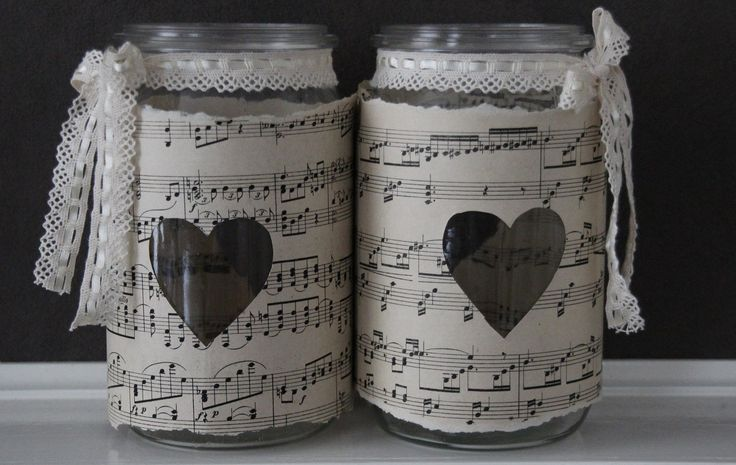 Heel makkelijk, glazen potten, oude muziekbladen, stukje kant. Kaarsje erin...gezellig!