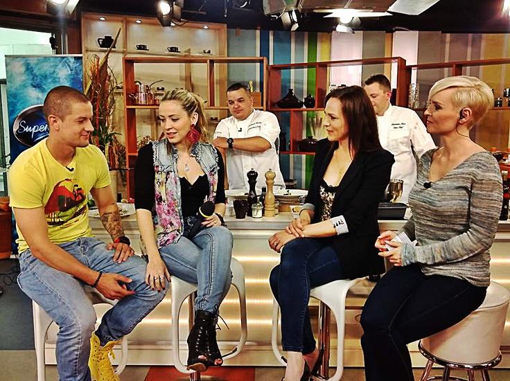 úspešná SuperStaristka Dominika Mirgová navštívila Teleráno spolu so svojím snúbencom. Ich lásku si nebolo možné nevšimnúť <3 Viac o ich vzťahu sa dozviete na http://www.markiza.sk/clanok/aktualne/zasnubena-dominika-mirgova-dieta-aj-hned.html