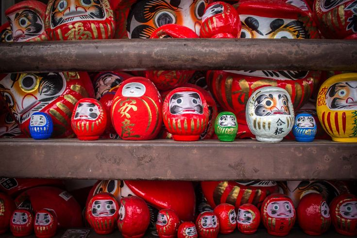 Daruma El muñeco daruma es otro de los amuletos japoneses más conocidos. Es un muñeco rojo, sin brazos ni pies, con una cara masculina que tampoco tiene ojos, solo dos círculos blancos. Al ser redondeado, aunque se balancea, nunca se cae, de manera que representa la perseverancia y el esfuerzo.  El daruma representa a un antiguo monje budista indio llamado Bodhidharma, que fue el fundador del budismo zen y el responsable de que la doctrina de Buda llegara a China. Dice la leyenda que el…