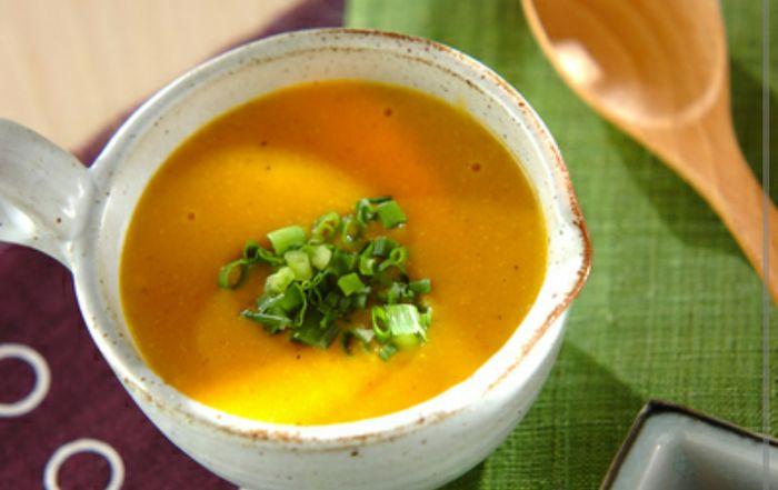 ジャガイモやキャベツが残っていれば一緒に刻んで炒め煮にし、混ぜると更に栄養満点に! お米が入っているので腹持ちも良いですね。 人参のやさしい甘さにほっとします♪