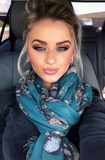 Love her eye make up. Could do without the brows!