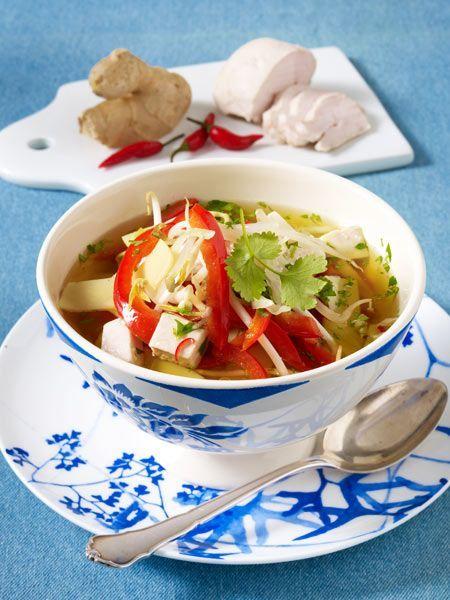 Hühnersuppe auf asiatische Art: Auch Chili, Koriander und Co. helfen gegen Erkältung und schmecken als Suppe hervorragend!