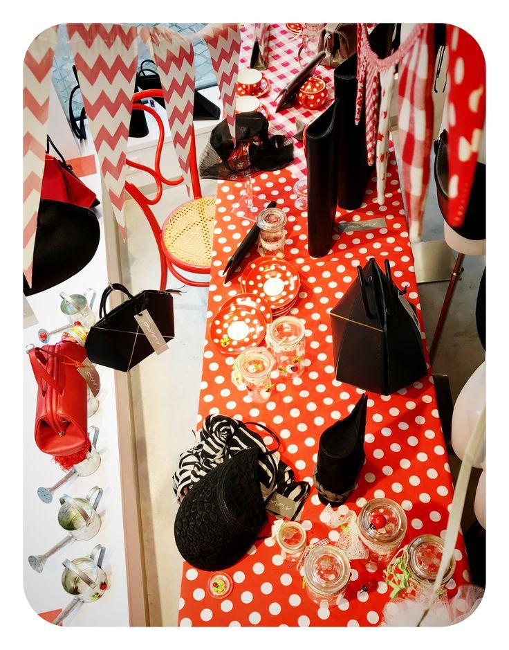 window display - etalage - red dots - shop - www.awardt.be