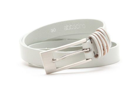 2cm wide leather belt. It has a metallic buckle and three double belt loops.