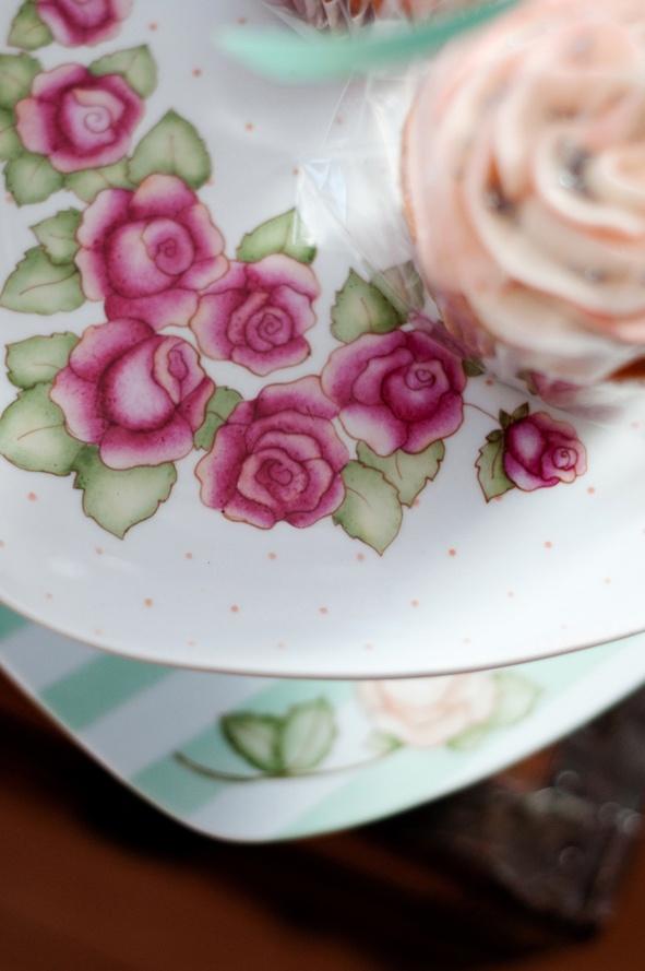 Porcelana pintada a mano. www.desdeelalmadetalles.com.ar