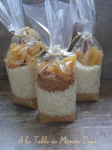 RIZ AU LAIT : • entre 70 et 80g de sucre • 150g de riz rond spécial dessert • 40g d'accompagnement : quelques exemples: chocolat blanc/fraise ; pommes/cannelle; pommes/spéculoos ; tous les fruits sont des fruits séchés Écrivez les instructions suivantes sur une étiquette • Versez le kit dans une casserole • Rajoutez 1 litre de lait • Remuez la préparation régulièrement • Faites cuire 40 minutes environ Rajoutez la à votre kit et c'est tout