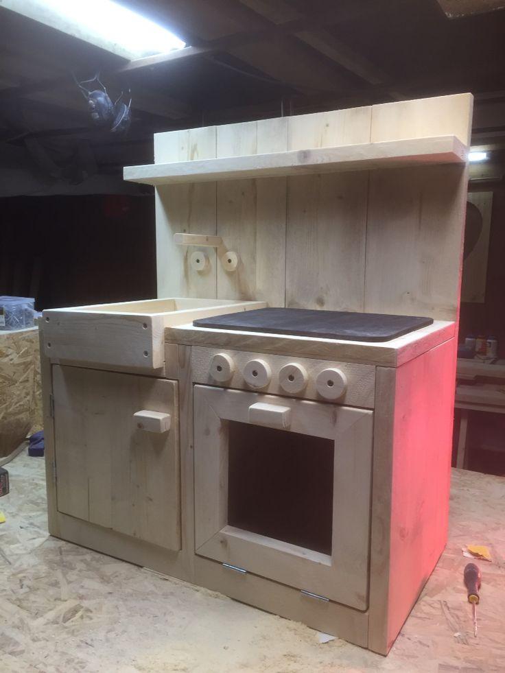 Kinderkeukentje gemaakt van steigerhout.