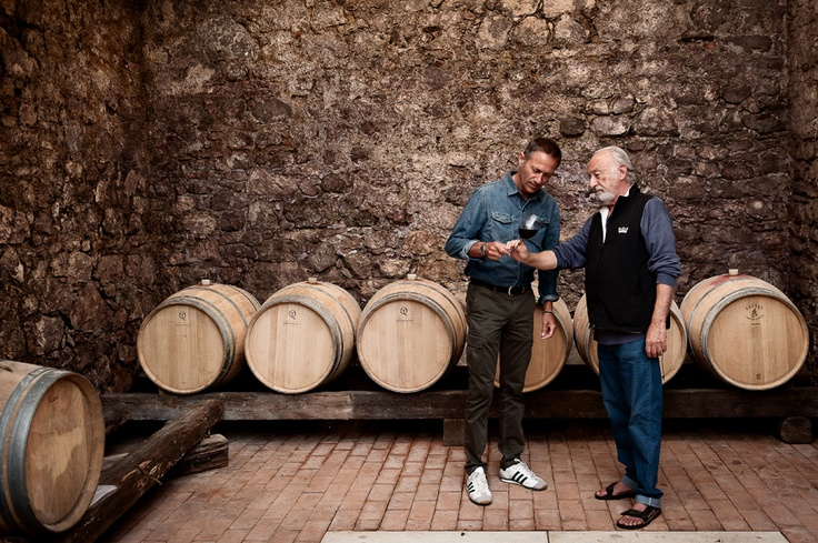 Decantour racconta il vino italiano in una maniera innovativa, più intelligente e meno teorica per imparare a bere da chi il vino lo conosce, lo produce o semplicemente lo beve.  Professionisti locali, amici, cultori del buon bere.Persone che sanno apprezzare il lavoro fatto in vigna prima e in cantina dopo. Perchè il vino è un prodotto in grado di fondere insieme saggezza contadina, innovazione, storie e leggende locali.Questa è la caratteristica che rende ogni bottiglia unica.