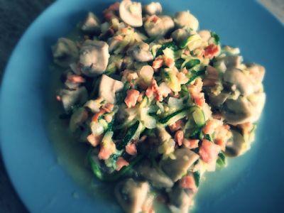 Koolhydraatarme recepten: Romige courgette met champignons en zalm
