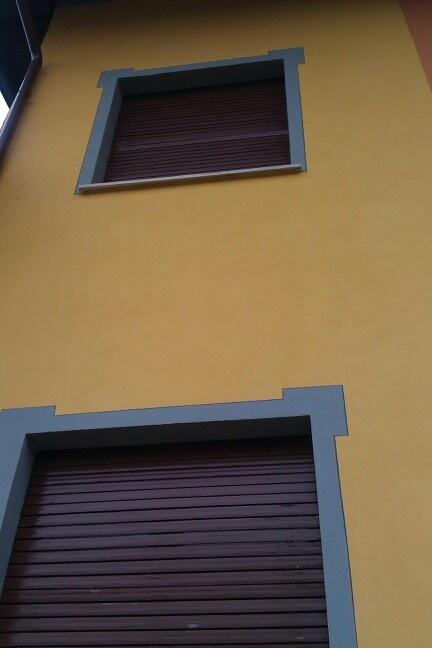 Cornice decorativa contorno finestre facciata