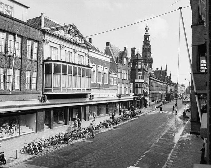 Breestraat, ca 1970. Warenhuis Vroom & Dreesmann (met de hoofdingang onder de gevel van het voormalige hotel 'In Den Vergulden Turk' uit 1673). Verderop zijn het stadhuis met de bijbehorende klokkentoren zichtbaar.