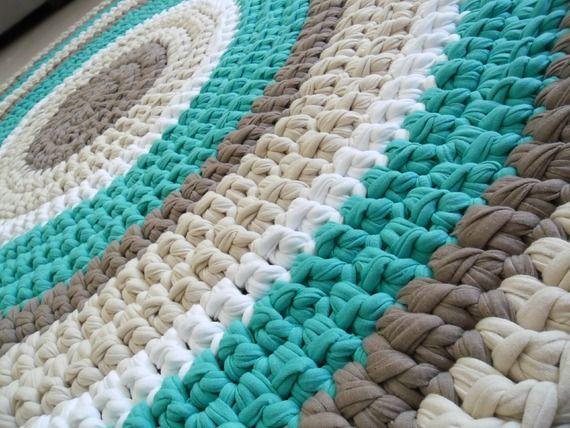 שטיח סרוג בעבודת יד מחוטי טריקו בגווני קפה, שמנת, חאקי וטורקיז  קוטר 1.2 מ'    להזמנת השטיח המותאם בדיוק לכם צרו קשר: 0525522359  mailto:tricote.de...