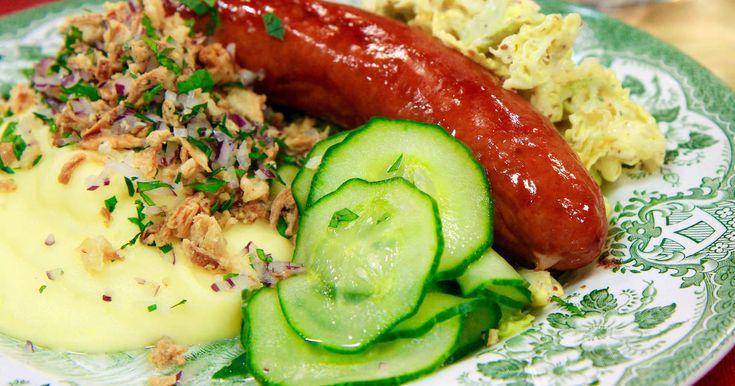 Stekt korv serveras med lyxigt potatismos, savoykål och pressgurka.