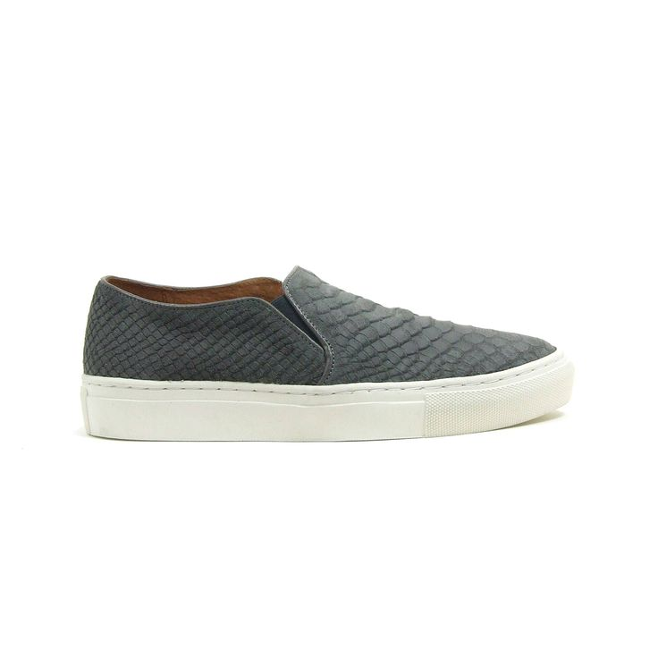 Instap sneakers met dikke zool van Tango, model 33-10012S ! Deze trendy sneakers zijn helemaal van leer ook de binnenzijde. De kleurstelling van de sneakers is donker grijs met een reptielen print. De loopzool van de sneakers is van stevig off white rubber. Ter hoogte van de wreef hebben de sneakers twee elastieken inzet stukken waardoor de schoenen makkelijk aan en uitgaan en hierdoor ook nog eens mooi aansluiten.