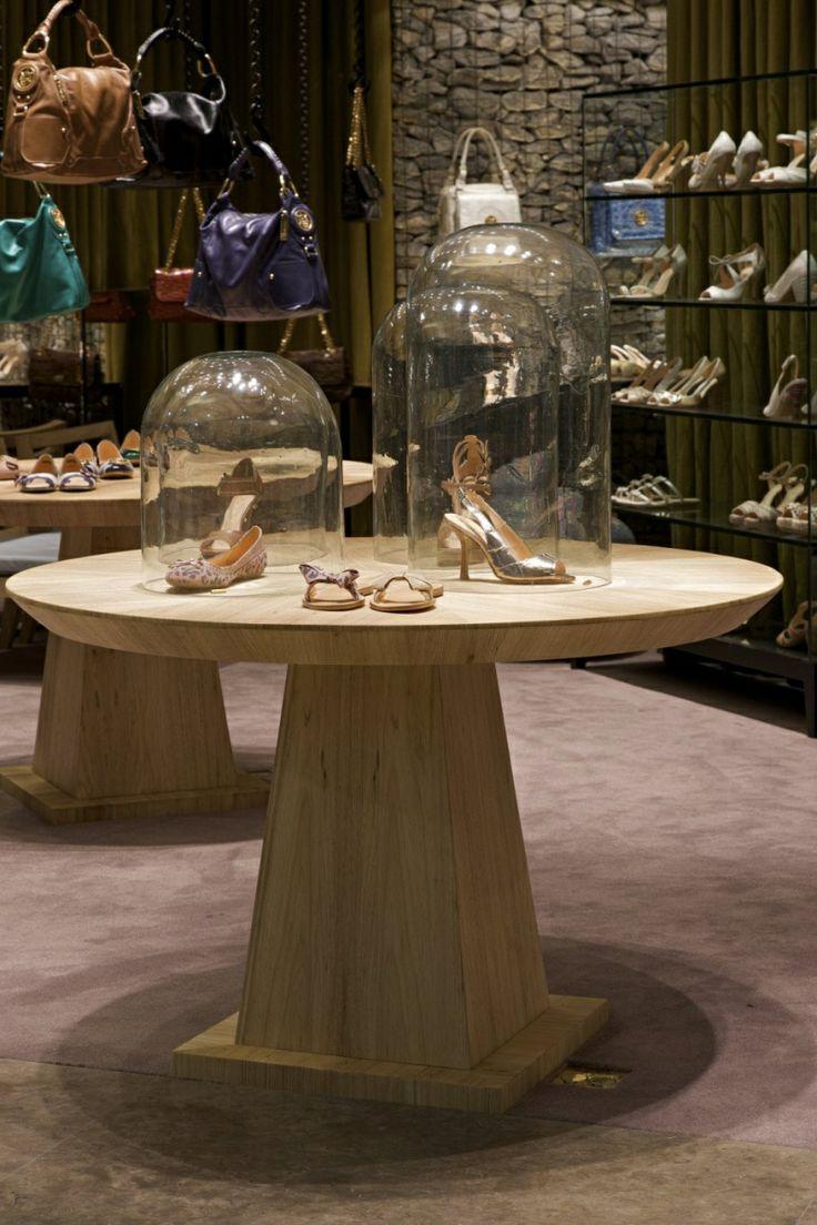 Интерьер магазина женской обуви в Бразилии.