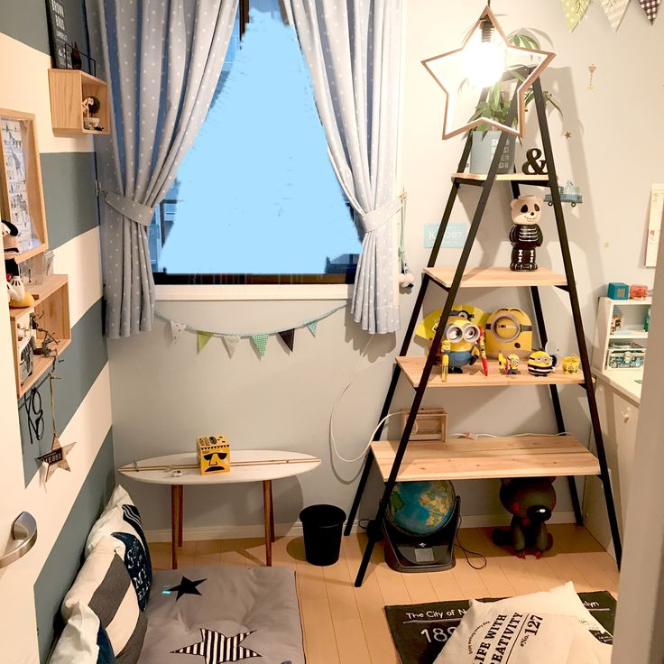 移動も楽ちん♪ラダーシェルフ*。 息子が色々と飾りたい物があると言うので、棚を作ることに。 子供部屋はちょくちょく模様替えをするので、楽に移動出来るラダーシェルフを作りました♪