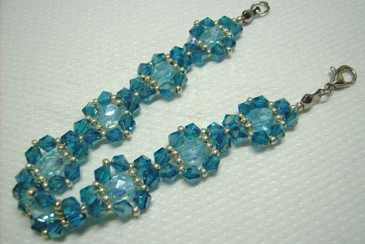 k-593. Kék és ezüst színű, üveg gyöngyös karkötő. 600.-Ft.
