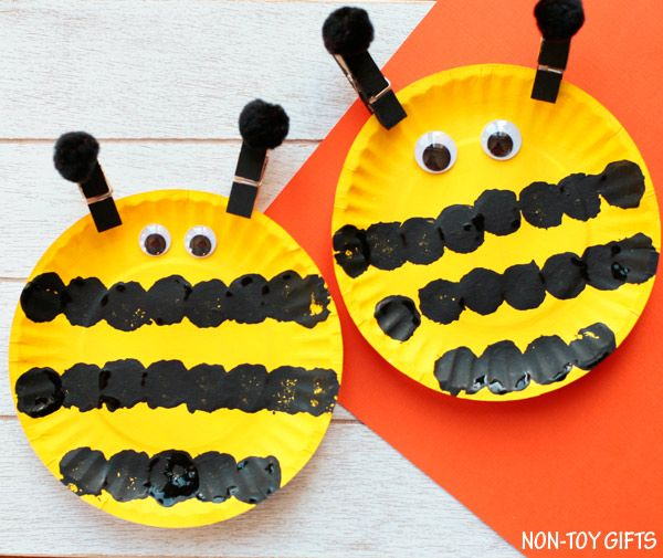 DIY Craft: Easy paper plate bee craft for preschoolers and older kids. This easy spring craft is perfect for an insect study unit in the classroom. Paint a paper plate and make the black strips with a pom pom. | at Non-Toy Gifts