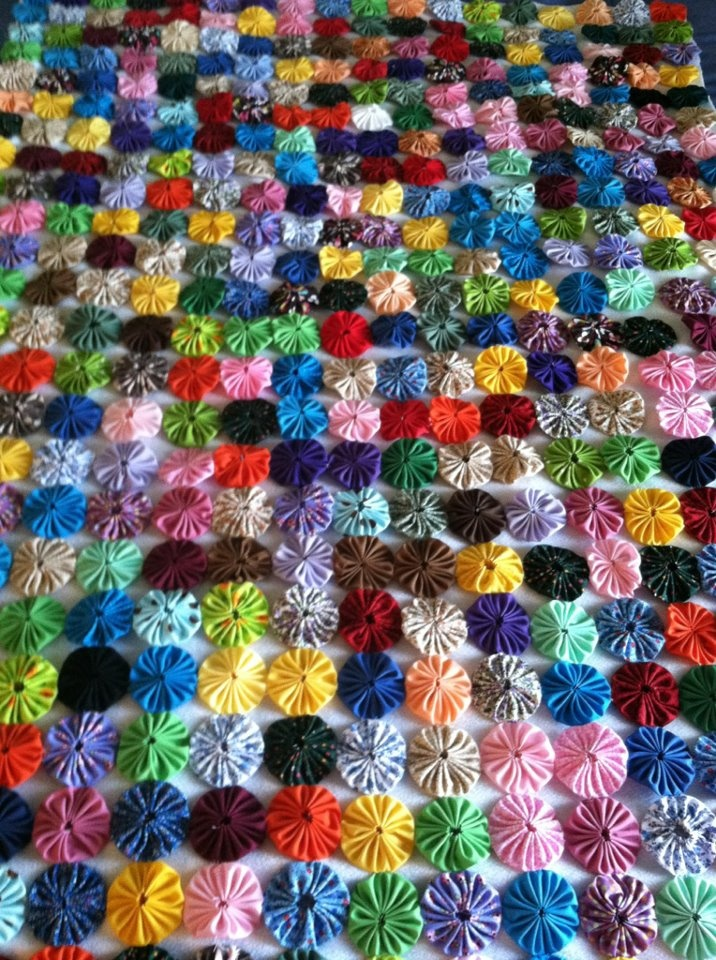 Yo yo quilt made by beth wagner sciarotta 39 s mother yo for Yo yo patterns crafts