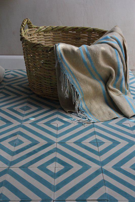 Carreaux chevrons de ciment - azur / blanc. - Herringbone cement tile pattern, azure/milk, Designergolv.se