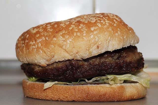 hamburguesa de ternera y bacon picado
