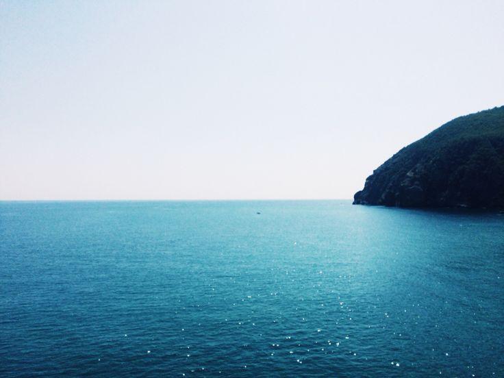 Посмотрите подольше на море, когда оно капризничает или бушует, посмотрите, каким оно бывает прекрасным и жутким, и у вас будут все истории, какие только захотите. О любви и опасностях, обо всем, что жизнь может принести в вашу сеть. А то, что порой не ваша рука управляет штурвалом и вам остается только верить, так это хорошо.