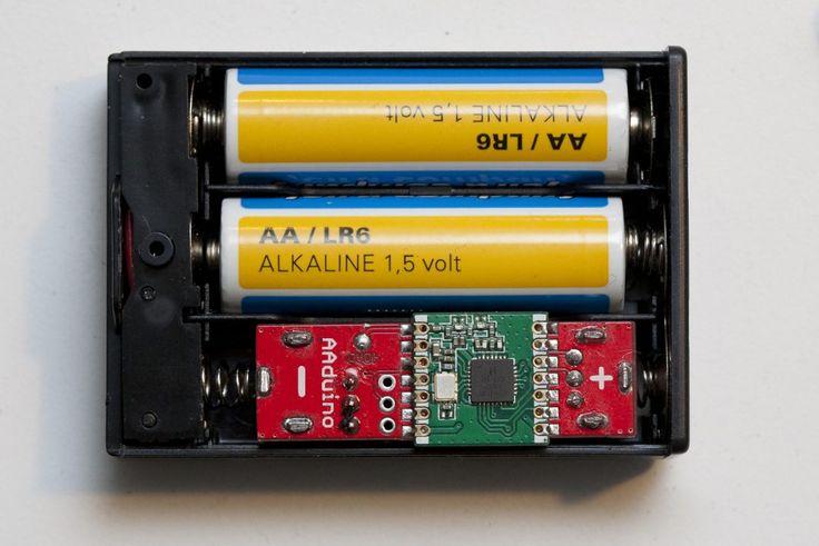 L'AAduino est un drôle d'objet. Ce clone d'Arduino a une particularité assez unique : il a été spécifiquement conçu pour tenir dans l'encombrement d'une pile AA.