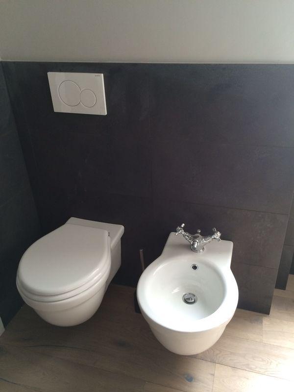 Sanitari nel bagno con mosaico. Per saperne di più www.nuovaedilscalise.it