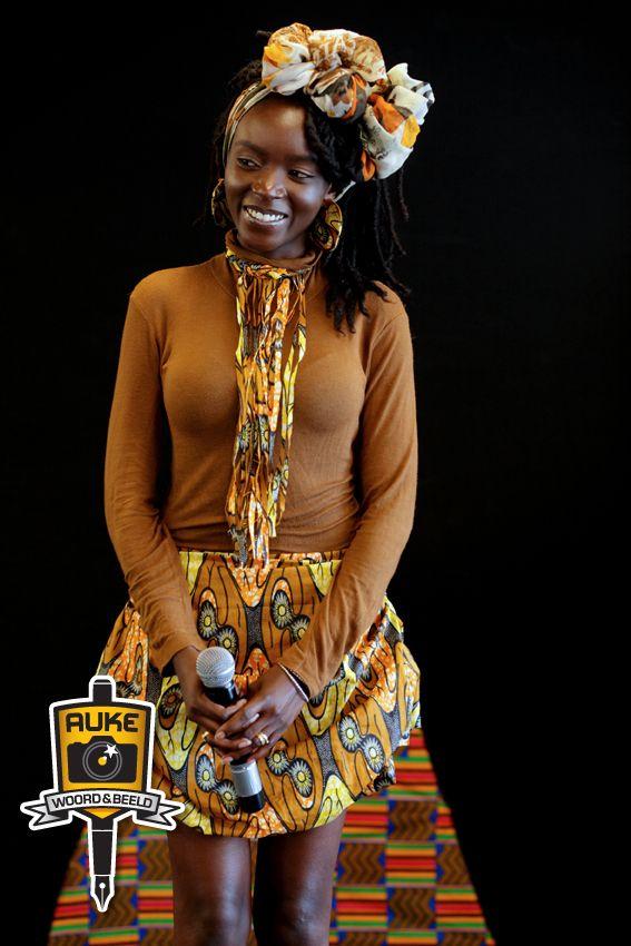 Foto's van Afro-Chic in Amsterdam 31 mei 2014 - Het natural hair event van Nederland. Samen met een gedicht van mij, voor haar:  Jij  - Mijn bewondering  voor jou/wordt geboren/door je karakter/je glimlach en hoe die me raakt/en hoe jij mij/aan het lachen maakt/Je bewegingen/je verzorging/Kortom,  hoe jij het wezen/van vrouw zijn draagt.  Auke VanderHoek 29 januari 2014 (Dicht ook weleens)
