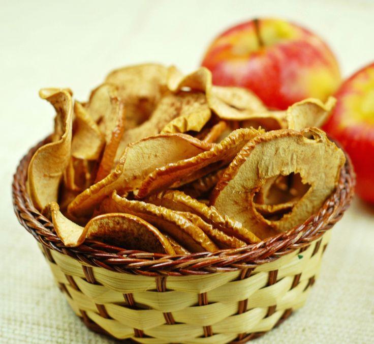 Domowe suszone jabłka do doskonała przegryzka dla małych i dużych. Właściwie jabłkowe chipsy robią się same.