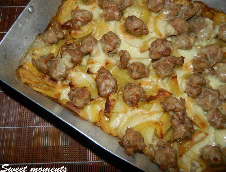 Le salsicce e patate con scamorza filante sono un secondo piatto e contorno o meglio piatto completo facile, veloce e soprattutto saporito!