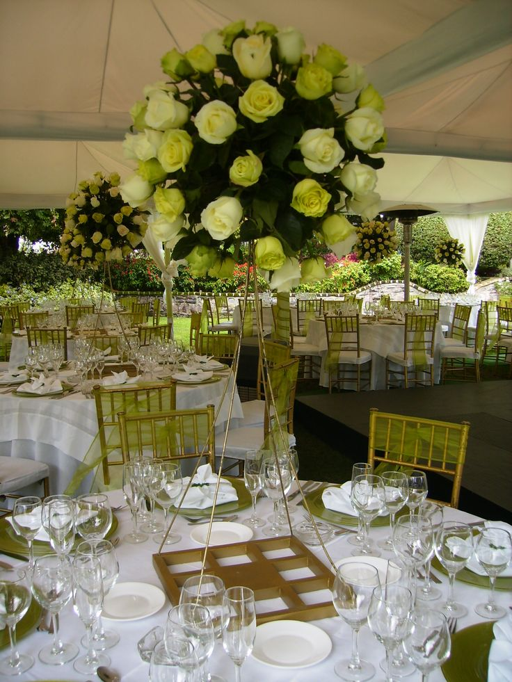 Arreglo de rosas verdes y blancas alto/ Green and white roses tall centerpiece