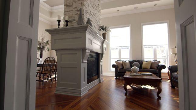 Le foyer est définitivement le point d'intérêt de cette pièce. On le voit de partout, du salon ou de la salle à manger. Pour créer un élément d'une telle ampleur, l'emploi de plusieurs types de moulures a été nécessaire.