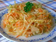 Zelný salát s mrkví 1/2 hlávky zelí (asi 500 g), 2 mrkve, 1 lžíce moučkového cukru, 1 lžíce oleje, 2 - 3 lžíce jablečného octa, sůl Postup Zelí nakrouháme na nudličky, lehce prosolíme a rukama pořádně promačkáme. Necháme asi půl hodiny stát. Pak podle chuti osladíme, okyselíme, přidáme olej, nastrouhanou mrkev a promícháme.