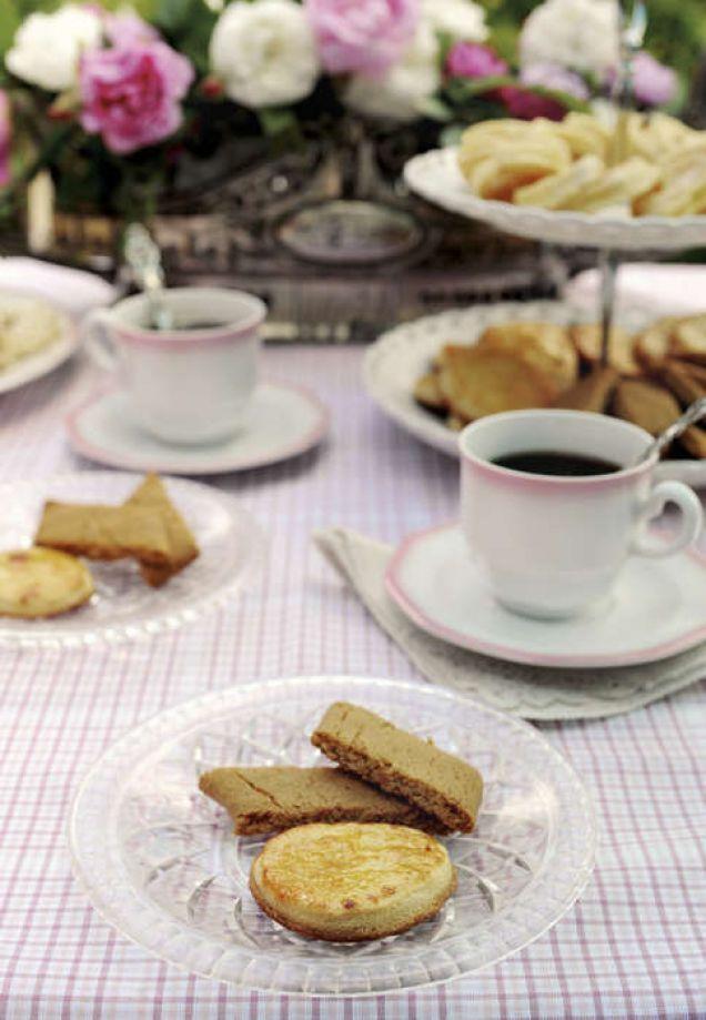 Klassiska, franska kakor som är delikat spröda. I Frankrike finns de goda bakverken att köpa på de flesta konditorier.