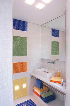 banheiro colorido. espejo grande para ampliar ambiente. techo (o parede con tijolos transparente para luz
