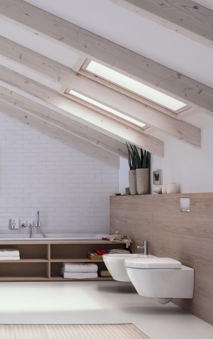 salle de bain scandinave, poutres apparentes sur le plafond incliné                                                                                                                                                                                 Plus