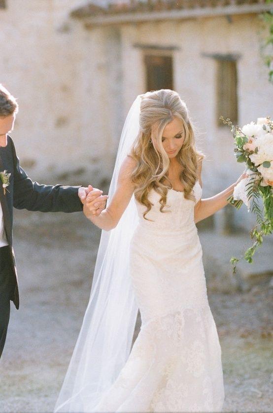 Bruidskapsel met losse krullen en sluier