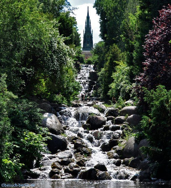 Viktoriapark Berlin mit Wasserfall und Nationaldenkmal das an die siegreichen Befreiungskriege gegen Napolen Bonaparte erinnert.  http://besuch-berlin.de