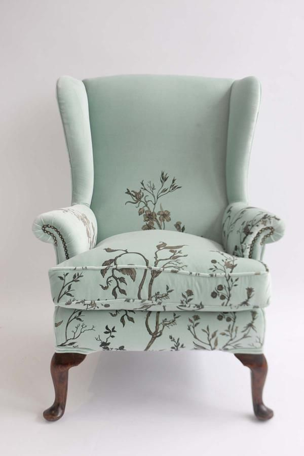 There are important steps to follow when upholstering an old couch. Having the correct tools, materials and fa