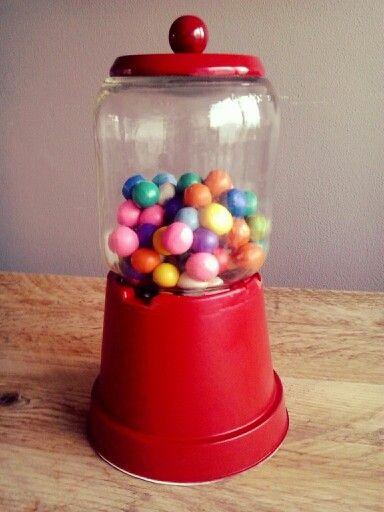 Kauwgomballen automaat sinterklaas surprise. Gemaakt van een pot appelmoes, bloempotje en gekleurde klei.