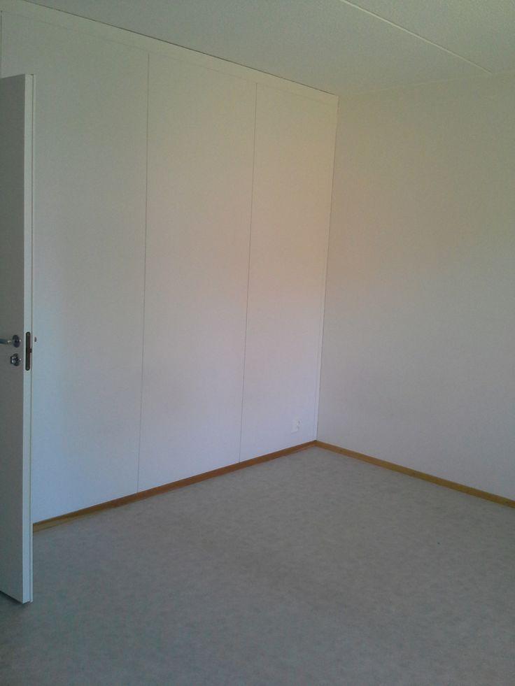 huoneen nurkka ja wc ovi