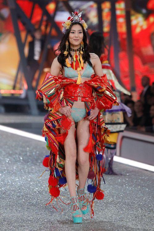 Liu Wen au défilé Victoria's Secret 2016