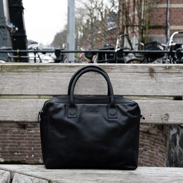 De Fletcher Street van DSTRCT heeft een handig dubbel compartiment en 15,6 inch laptopvak. Verkrijgbaar in cognac, grijs en zwart. #dstrct #laptoptas #macbooktas #notebooktas #werktas #businesstas #laptopbag #businessbag #officebag #notebookbag #macbookbag